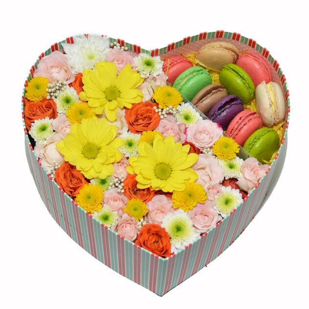 Макаруны с цветами в коробке<br>