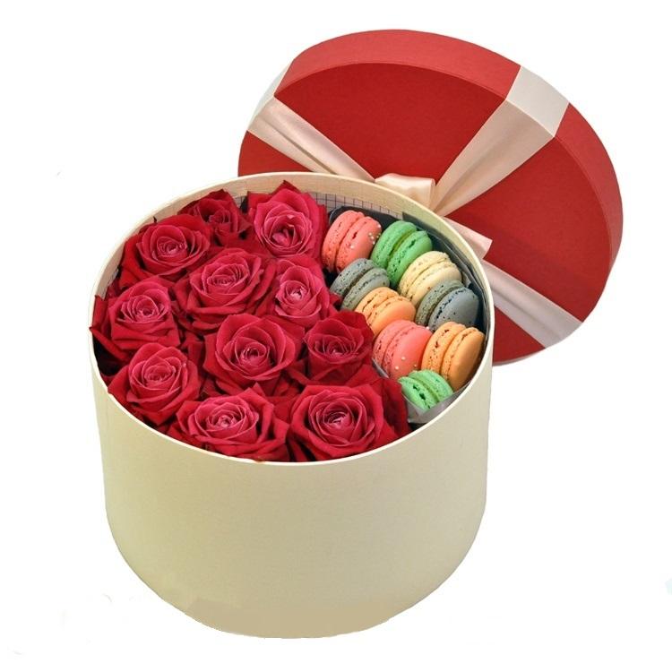 Розы в коробке и макаруны<br>
